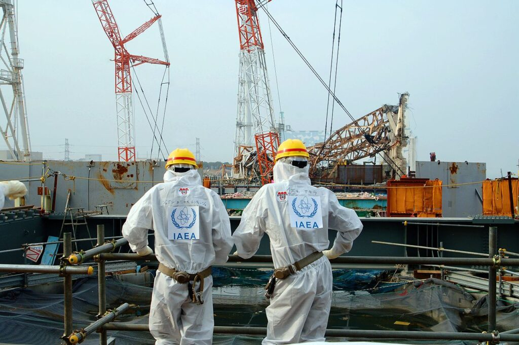 Two IAEA experts examine recovery work on top of Unit 4 of TEPCO's Fukushima Daiichi Nuclear Power Station on 17 April 2013